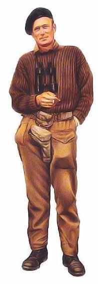 """Lieutenant, Groupe de reconnaissance du désert, 1944 Ce personnage est le lieutenant """"Tiny"""" Simpson. Il porte un gros pull-over de style commando, apprécié des membres des forces spéciales britanniques, complété par un pantalon de combat et une paire de brodequin noirs. Sa ceinture modèle 1937 est munie d'un étui à pistolet et d'une cartouchière. Son couvre-chef est le béret noir du Royal Tank Regiment (régiment royal de blindés)."""