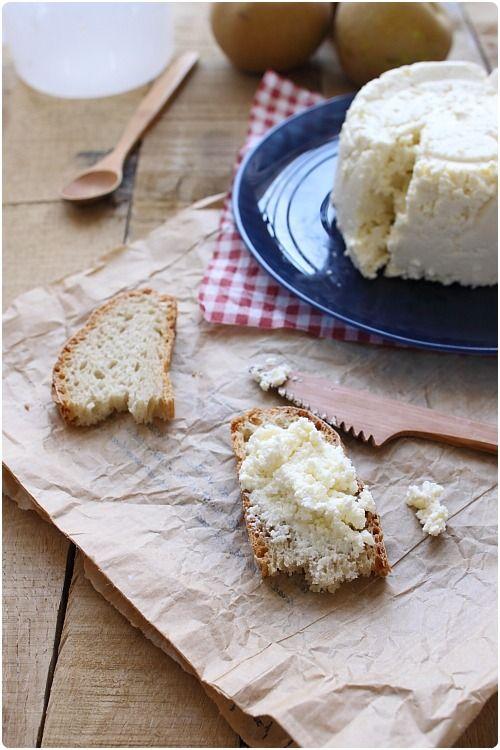 La ricotta, comme le cottage cheese, est très simple et rapide à faire. La recette demande des ingrédients simples. Il faut seulement, comme pour toutes