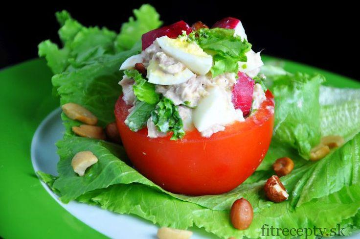 Tuniakovo-vajíčkový šalát v paradajke - FitRecepty