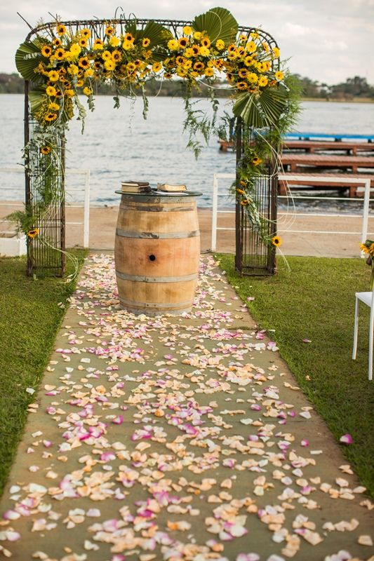 Cerimônia ao ar livre | Wedding Decor| Outide Wedding | Casamento no campo | Decoração com girassol | Decor | Flowers | Inesquecível Casamento | Caminho de pétalas | Altar de barril | Portal de girassóis