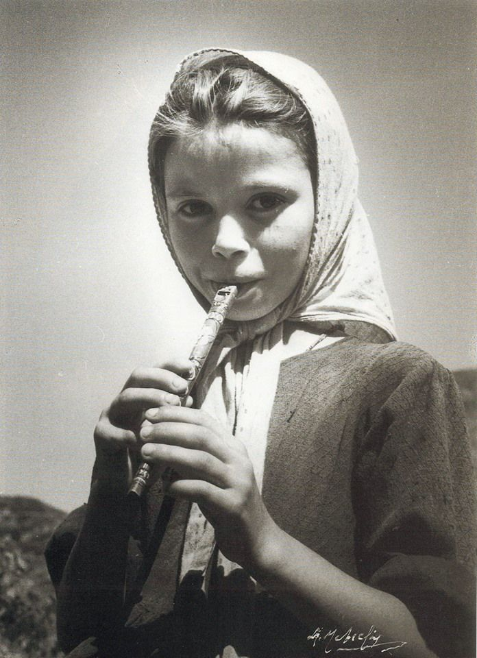 Κοπέλα με φλογέρα φωτ.Σπύρος Μελετζής