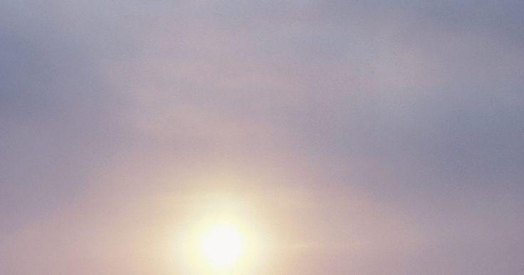 """Las Tundras más conocidas. El significado de Tundra es """"desierto helado"""" o """"pradera congelada"""". Entre las características del bioma de la Tundra están las pocas precipitaciones, las temperaturas promedio por debajo de 5 grados centígrados, temporadas de crecimiento cortas pero rápidas, el permahielo y animales como el caribú. Hay tundras en el Ártico y la Antártida y ..."""