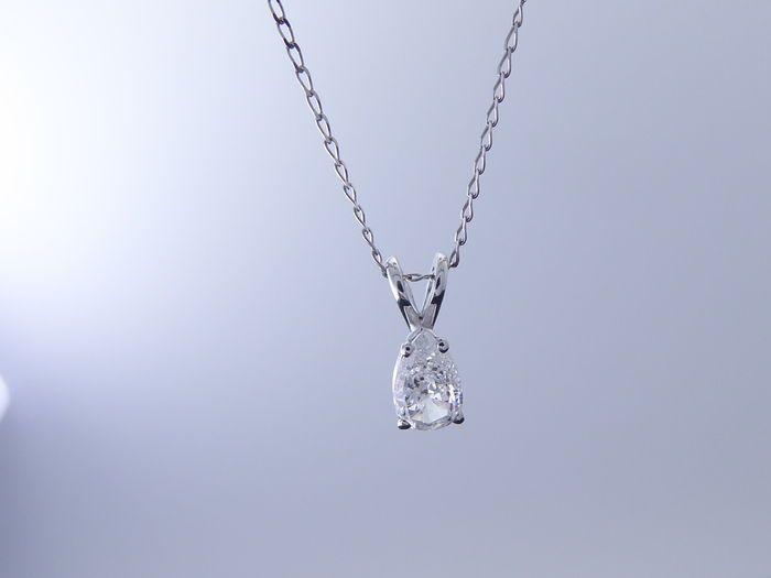 Witgouden hanger met peergeslepen diamant van 0.36 ct geen minimum prijs   Witgouden hanger Slijpsel : peer Gewicht : 0.36ct Kleur : HZuiverheid :PIAfmetingen van de steen:3.90X6.25 mmWordt geleverd in luxe sieraden etuiVerzending : track & trace en verzekerdGratis inbegrepen : een gouden collier van 46 cmP0421  EUR 131.00  Meer informatie