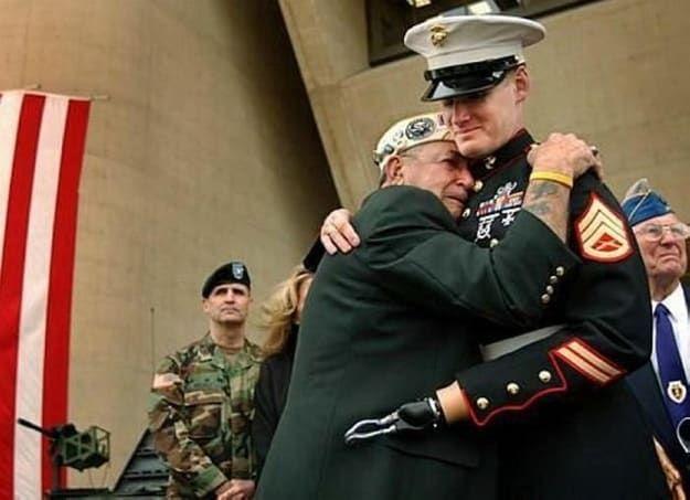 O sobrevivente de Pearl Harbor Houston James de Dallas se emociona quando abraça o sargento da Marinha Mark Graunke Jr durante a comemoração do Dia dos Veteranos de Dallas, na Prefeitura de Dallas, em 2005. O Sargento Graunke, que era membro de uma equipe de neutralização de explosivos da Marinha, perdeu uma mão, perna e olho durante o desarmamento de uma bomba no Iraque em julho de 2004.