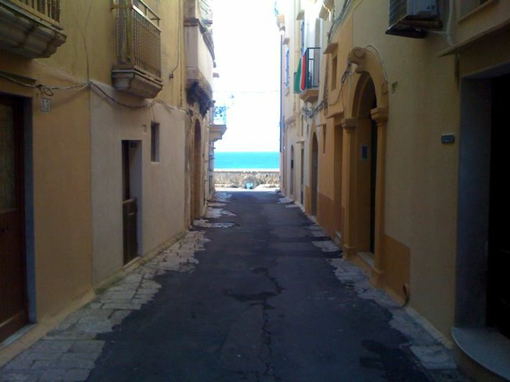 Walking towards the sea in our lunch hours in Gallipoli #Puglia #Apulia #Wedding