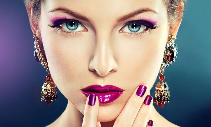 7 мейкап-ошибок, которые делают менее красивой. Визажисты Натали Портман, Шарлиз Терон и Алексы Чанг рассказали о семи ошибках в макияже, которые делают вас визуально старше и подходят только для молодых девушек. Мы перечислим все 7, а если вам захочется узнать подробности, то ждём ваших лайков этого поста и мы расскажем подробности. Итак, ошибки:  1. Темная губная помада,  2. Рассыпчатая пудра,  3. Продукты с шиммером,  4.  Активный макияж бровей,  5.Сияющие тени,  6. Плотная губная помада…
