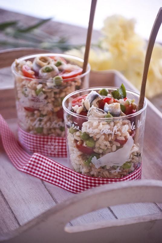 Insalata ai tre cereali con piselli, pomodorini, e alici