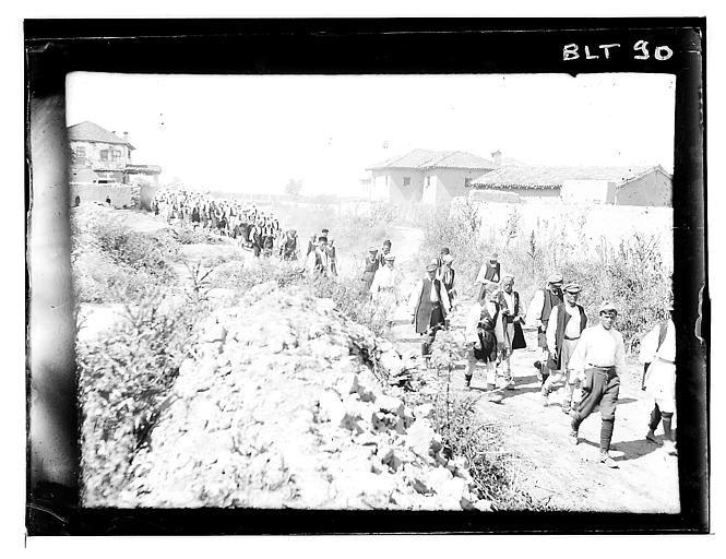 Grèce ; Macédoine ; Negocani (Νίκη-Φλώρινα)  (1916-1917) Légende Le défilé des iinvités dans la rue du village Auteur photo Blanchet, Joseph
