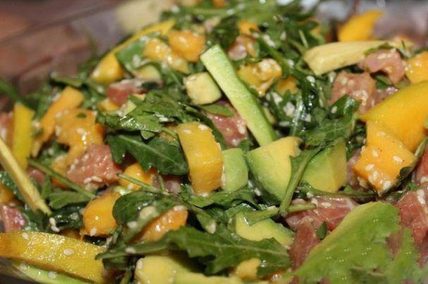 Такой салатик с авокадо и семгой понравится всем гостям без исключения. Попробуйте обязательно... Если вы хотите приготовить вкусный и необычный салатик, то обратите внимание на этот рецепт. Он поразит вас своим глубоким и ярким вкусом. Уверяю Вас, такое блюдо не стыдно поставить на праздничный стол. Средиземноморская кухня пришлась по вкусу многим. Поэтому узнайте, как приготовить салат из авокадо и семги, и удивите все своих друзей! ИНГРЕДИЕНТЫ  Семга соленая — 300г.; Манго — 1шт…
