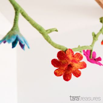 Felt flower garlands are very versatile. Hang this colourful flower garland around your window, bedframe, tent or even a tree for bit of cheer!
