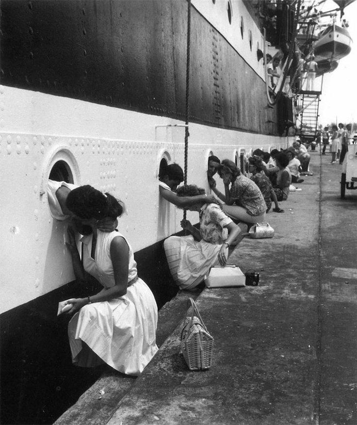 Amerikaanse soldaten krijgen een laatste kus voordat ze naar Egypte vertrekken, 1963