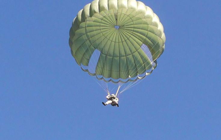 Il paracadute è l'apparecchio che serve ad assicurare la discesa libera di persone ed oggetti nell'aria con velocità limite sufficientemente piccola perché