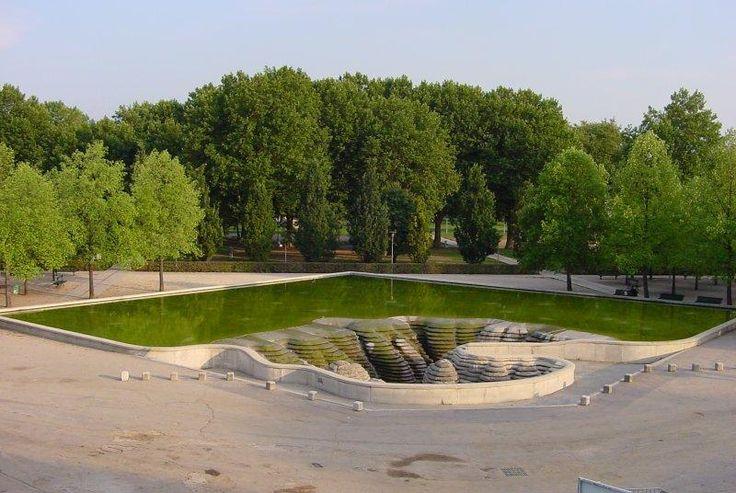 """La Fontaine du parc de Bercy, appelée """"Canyoneaustrate"""" est une oeuvre de l'Artiste Français """"Gérard Singer"""", face au """"Palais Omnisport de Paris"""" dans le 12ème arrondissement de Paris."""