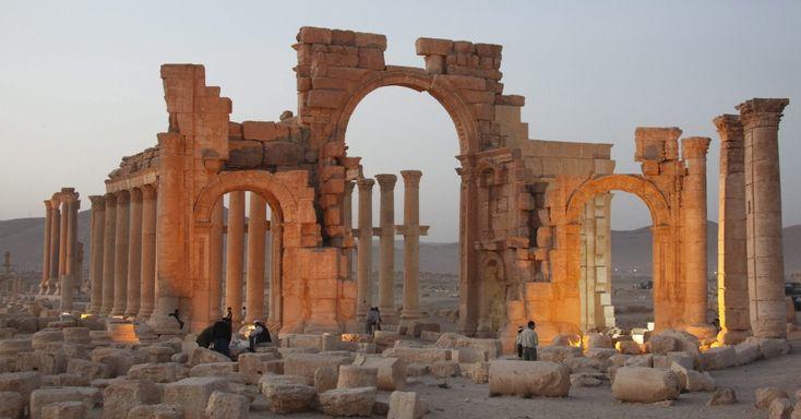 A antiga cidade de Palmira, uma das joias arqueológicas do Oriente Médio, está ameaçada pelo ataque do grupo terrorista Estado Islâmico (EI), que enfrenta as tropas do Exército sírio a menos dez quilômetros do local. Localizada em um oásis, Palmira foi no passado um dos centros culturais mais importantes da Antiguidade e ponto de encontro de caravanas na Rota da Seda, que atravessavam o deserto árido na Síria