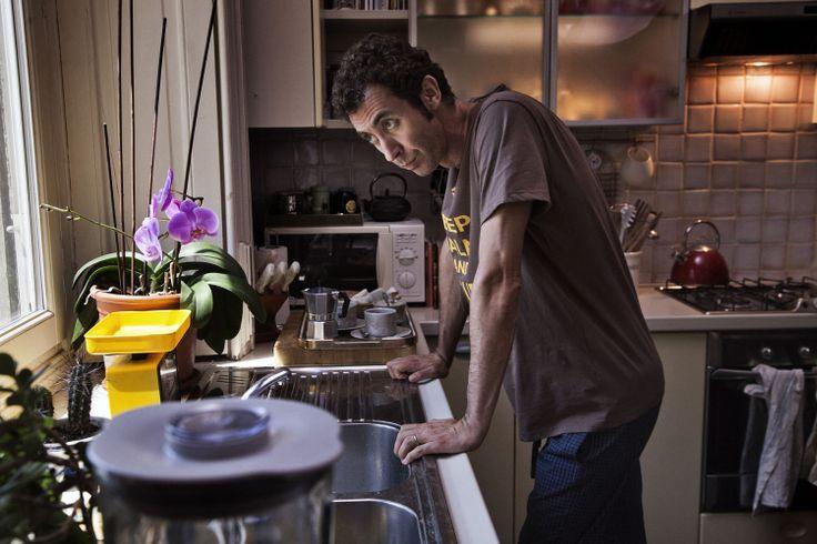 Paolo Kessisoglu interpreta Simone Fortini che vive una crise nel suo matrimonio e cerca ad recuperare la relazione #PaoloKessisoglu #unfidanzatopermiamoglie #italianmovie