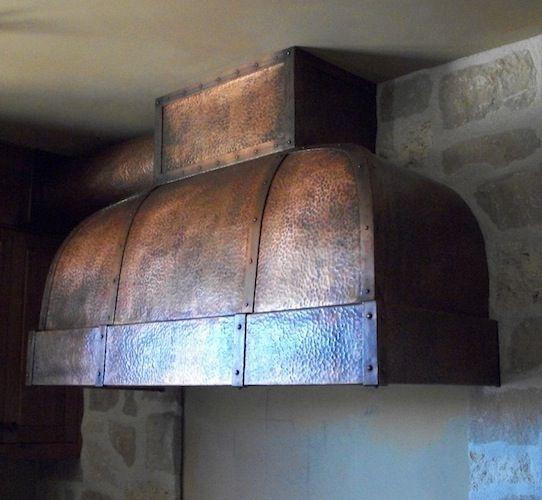 Ciekawy okap do pieca kuchennego. Materiały do zabezpieczenia ścian: http://www.vitcas.pl/zaroodporne-materialy-zdunskie-do-kominkow-i-piecow
