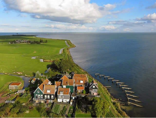 Marken (Isle Of Maken) north of the Netherlands - one of the most beautiful villages in Wales http://destinations-for-travelers.blogspot.com.br/2014/12/marken-islands-netherlands.html