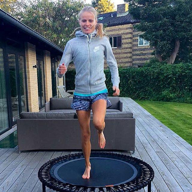Die dänische Profi-Triathletin und ehemalige Olympiateilnehmerin Helle Frederiksen nutzt ihr bellicon®, um nach einer Knieverletzung wieder fit zu werden. Das Minitrampolin verhilft ihr in der Rehabilitation zu einer schnelleren Genesung.