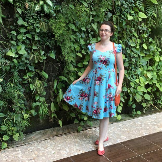 """Ulubieńcy czerwca! 💖🌸  W tym miesiącu numerem jeden jest przepiękna sukienka w stylu vintage ze sklepu @britstylepinup 💙  Popkulturalnym hitem jest """"Wonder Woman"""", zachwycam się piękną Gal Gadot ❤️ A serialem miesiaca został iZombie, którego dwa sezony nadrobiłam podczas choroby. Jeśli chodzi o urodowe rzeczy, to hitem są kokosowe kosmetyki @palmerspolska i perłowe lakiery @misssportypl - do zobaczenia na lakierowym profilu @thecieniu ✨  ➡️Wszystko opisałam na blogu - link w bio! ⬅️…"""
