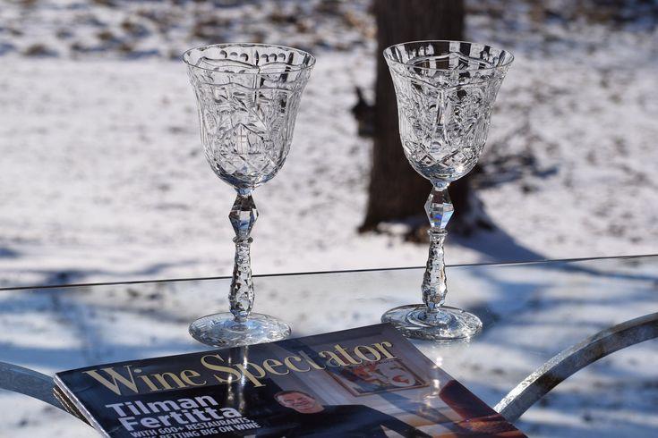 EXQUISITE Vintage geätzt Crystal Tall Hochzeit Toasten ~ Wein Cocktail Gläser 2er Set, Antik Kristall Weingläser, ca. 1940er Jahre   – Vintage Etched Crystal Wine Glasses