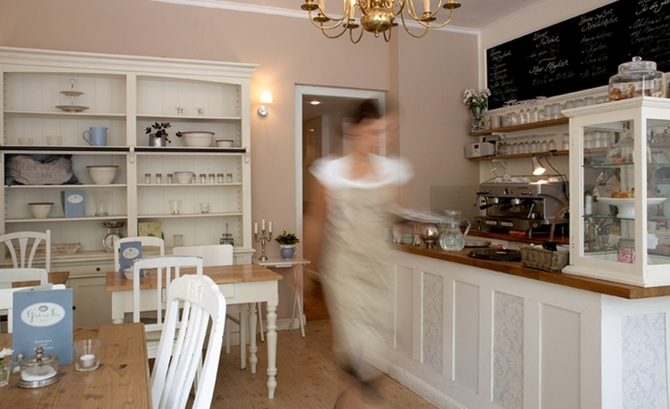 Zwischen weißen Landhausmöbeln, Kaffeeduft und frischem Kuchen möchten wir das Zuhause-Gefühl greifbar machen.