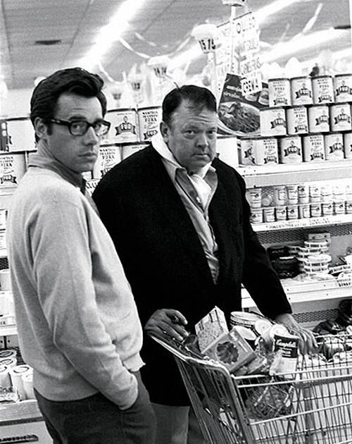 Peter Bogdanovich and Orson Welles, grocery shopping in Los Angeles. 1970.