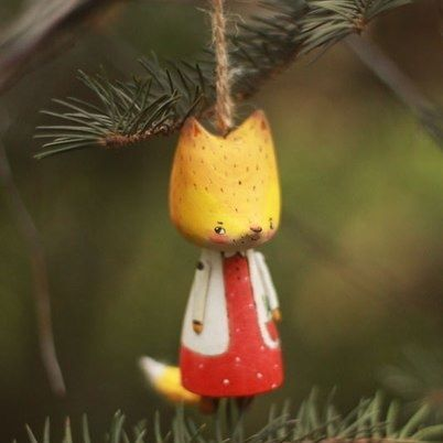 мудрые люди заказывают ёлочные игрушки летом :) поэтому у всех зверят будут зимние цвета, несмотря на осень за окном. 🌿 лиса нашла дом #kotyasya_зверята #woodentoys #деревянныеигрушки