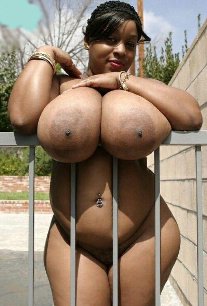 schwarze Frauen, die Brüste zeigen