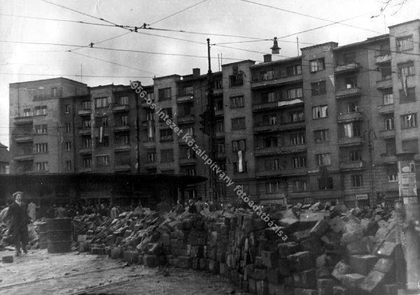 Barikád '56-ban, talán a Kosztolányi Dezső téren.