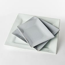 Dorthe Hansen Keramik, lille firkantet tallerken i farverne dunkelgrå, daggrå, lys syren og havblå.