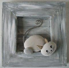 Chats en galets gris dans un cadre en bois peint e…
