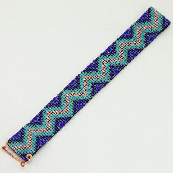 Esta pulsera azul Zig Zag tribales grano telar fue inspirada por todos los hermosos nativos y latinos americanos patrones que veo a mi alrededor en Albuquerque, Nuevo México. Como con todas mis piezas, he creado en un telar de grano con gran cuidado y atención al detalle.  Nota importante: Por favor medir su muñeca antes de colocación de la orden, para asegurar un ajuste apropiado. Estas pulseras no son ajustables.  Los granos utilizados en esta pieza son mi favorito - alta calidad de…