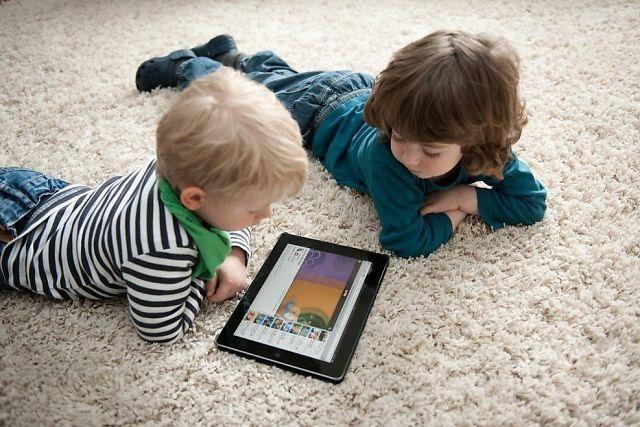 <p>DIGITAL HVERDAG: To små gutter strømmer film på nettbrettet, som bare er en av mange enheter vi bruker til trådløst nett.<br/></p>