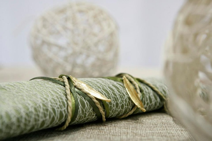 μαντηλι απο σατεν και δυχτι τυλιγμενο σε ρολο με διακοσμητικα χρυσα φυλλα ελιας