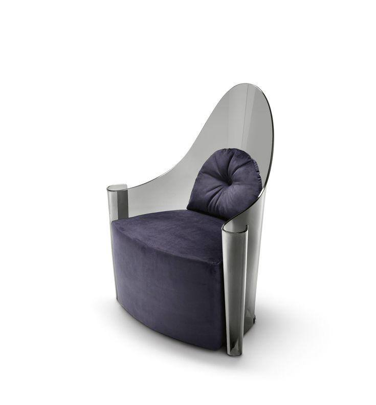 Un trono futuristico, con una struttura in vetro curvato fumé o bronzo. Grazie al know-how di Fiam nella lavorazione del vetro, un materiale statico e freddo assume un carattere nuovo, caldo e dinamico. | #designbest #MDW15 #salonedelmobile2015