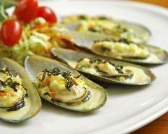 Huîtres chaudes à l'asiatique : http://www.cuisineaz.com/recettes/huitres-chaudes-a-l-asiatique-83699.aspx
