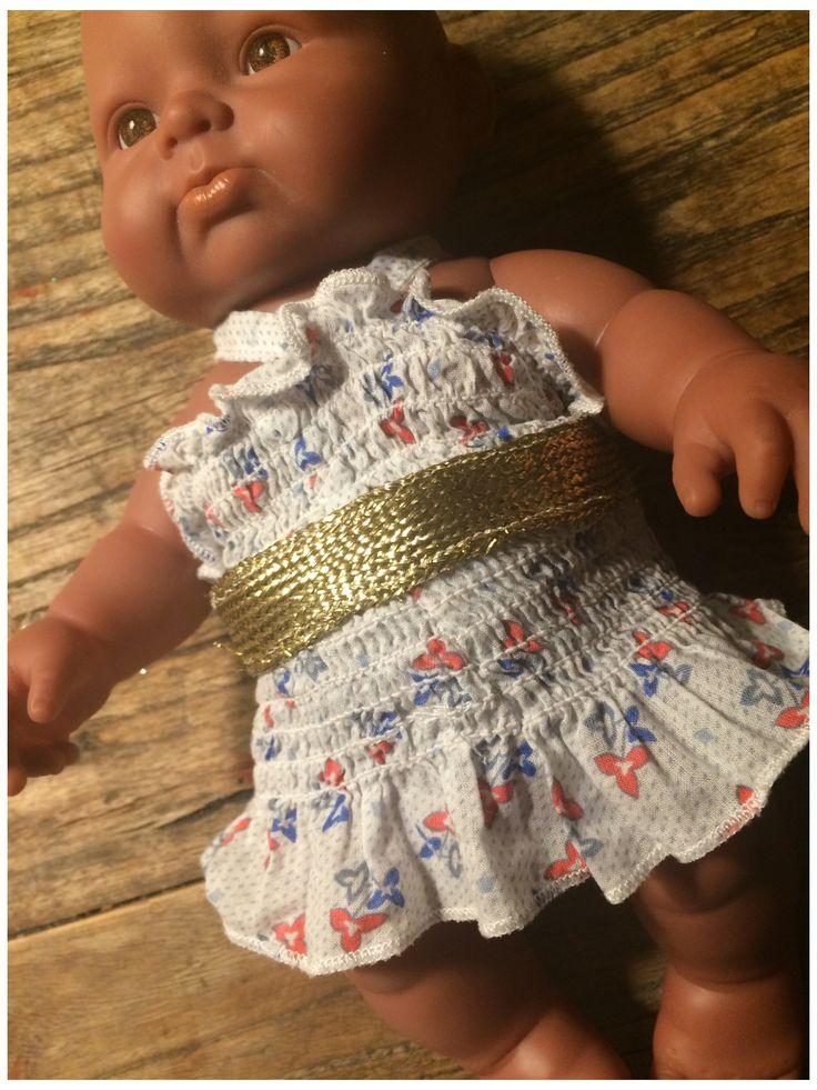 IM bliver snart 1 år, i den anledning skal hun have sin første dukke. Den er her, er købt brugt og nu med en kjole lavet af en gammel bluse.