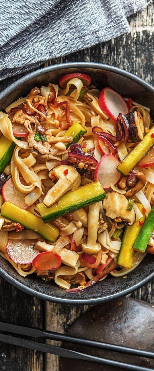 Step by Step Rezept: Scharfe Pilz-Reisnudel-Pfanne mit Reisbandnudeln, getoppt von Chili-Sesam-Gurken-Sticks.  Veggie / Vegetarisch / Scharf / Pasta / Nudeln / Asiatisch / Schnell / 25 Minuten   #hellofreshde #asiatisch #gesund #veggie #rezept #diy #kochen