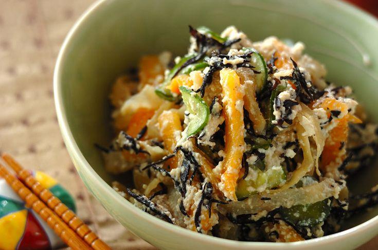 柿とヒジキの意外な組み合わせが病み付きになる味。塩クラゲの食感がアクセントに。柿とヒジキの白和え[和食/一品料理]2012.12.03公開のレシピです。