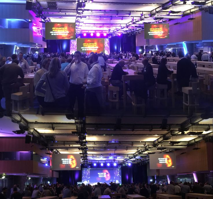 Grosse ambiance au centre de congrès Pierre Baudis avec un Karaoké géant et international. Une animation de soirée à l'efficacité éprouvée pour lâcher prise. Une fin de séminaire animé avec brio et surtout Éric   #karaoke #soirée #toulouse #occitanie #international #congres