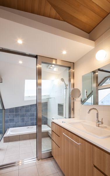 ひんやり涼しげなガラス張りドアのバスルーム特集|SUVACO(スバコ) 建築家:浜田幸康「Villa Kanon」