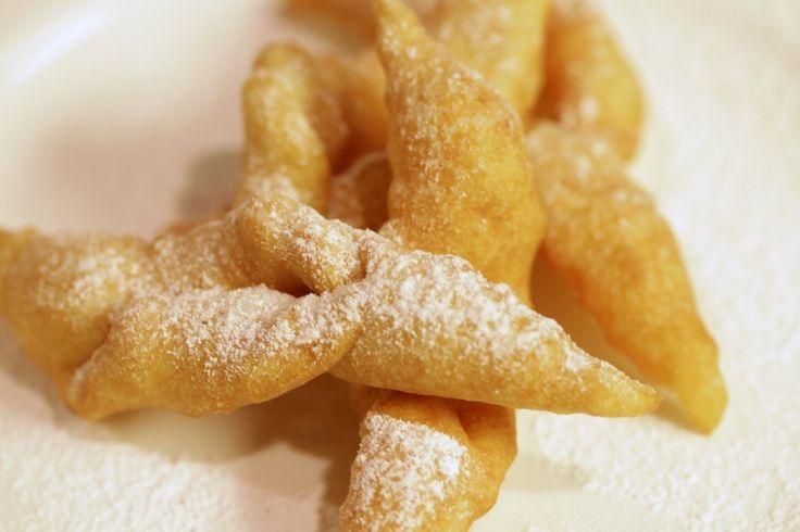 Csörögefánk           A lisztbe beletesszük a sót és a sütőport (cukor nem kell bele).A margarint két tenyérrel beledörzsöljük.Ezután a tojást egy kissé összekavarva a rummal és a tejjel a lisztbe beleöntve formálható tésztát gyúrunk, majd nyújtófával ceruzavastagságúra nyújtjuk.Derelyemetszővel gyermek tenyér nagyságúra, és deltoid alakúra daraboljuk.Minden darabot egy vagy két helyen átlyukasztunk, a sarkokat ezeken a lyukakon keresztül visszahajtjuk.