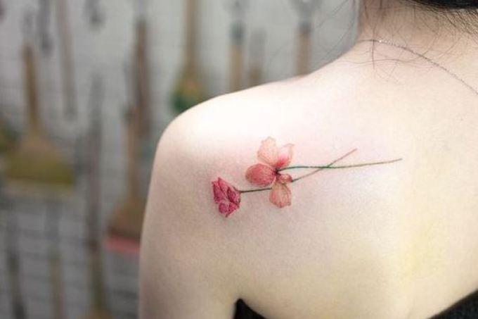30 tatuagens delicadas de flores para você fazer a sua