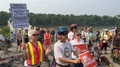Des dizaines de Winnipégois ont enfourché leur vélo ou sont grimpés dans leur canot aujourd'hui pour manifester contre les sables bitumineux.