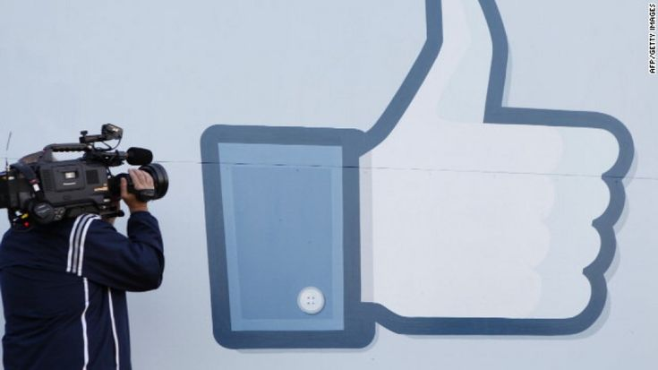"""Facebook cambia pulsante: per dire """"Mi piace"""" non si cliccherà più sul """"pollicione"""" che finora ha rappresentato l'azione, ma su un meno grafico """"Like"""" (seconda immagine) che riprende il disegno dal pulsante di condivisione (""""Share""""). Il tramonto"""