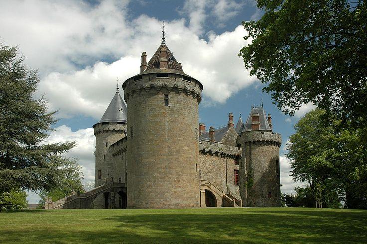 79- Combourg chateau. - § COMBOURG: ... Tanneguy du Chastel, seigneur de Renac. Cette dame mourut elle-même le 23 juin 1506, laissant Combour à son petit-fils Jacques de Montejean, né du mariage de Louis, sire de Montejean, avec Jeanne du Châtel. Jacques de Montejean décéda sans postérité, le 21 décembre 1517, et sa succession à Combour fut recueillie par sa soeur Anne de Montejean, femme de Jean, sire d'Asigné, mort en 1540. La fille de ceux-ci, Philipette d'Acigné, eut pour partage....