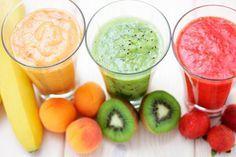 fresas duraznos, banano, polen, agua de rosas, naranja y menta 1150 g de fresas 2 duraznos (melocotones) en almíbar 1 plátano 1/2 vaso de jugo de duraznos en almíbar 1/2 vaso de jugo de manzana azúcar orgánica a gusto 1 cucharada de polen de abeja la ralladura de 1/2 naranja jarabe de rosas menta y fresas para decorar