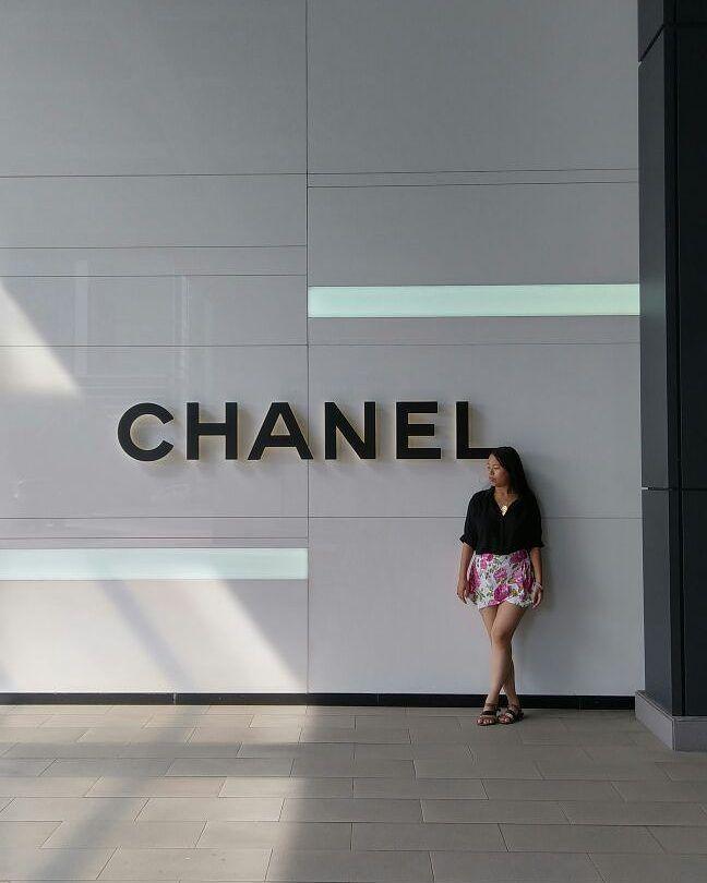 """Primera edición de #HistoriaDeMarcas  una nueva sección que crearé y publicaré todos los viernes de cada semana  el día de hoy comenzaré con:  #Chanel es una de mis marcas preferidas y la razón principal de ello es que esta marca icónica tiene una historia detrás de ella que inspira pasión  constancia perseverancia. La marca Chanel surge de su creadora Gabrielle """"Coco"""" Chanel quién en el año 1910; revolucionó la industria de la moda al """"volver a lo básico"""" incorporando elegancia clase y…"""