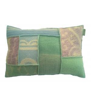 kussen met een hoes van retro wollen dekens in pastelkleuren. De afmeting van dit kussen is 40-60 c,. De kussenhoes heeft een knoopsluiting aan de achterzijde. inclusief binnenkussen.