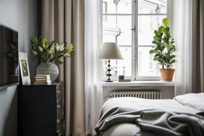 Så här års är det extra härligt att boa in sovrummet med gardiner. Om man är rädd för att det ska kännas för instängt och mörkt, är mitt tips att hotellhänga gardinerna. Alltså en tjockare gardin fram